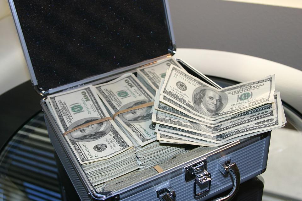 americké dolary v kufru