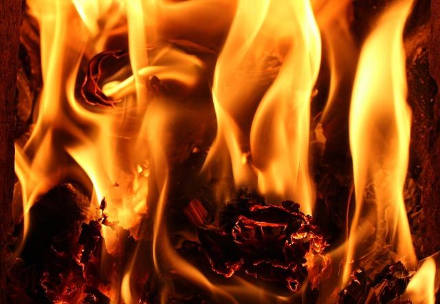 světlo a teplo z hořících plamenů