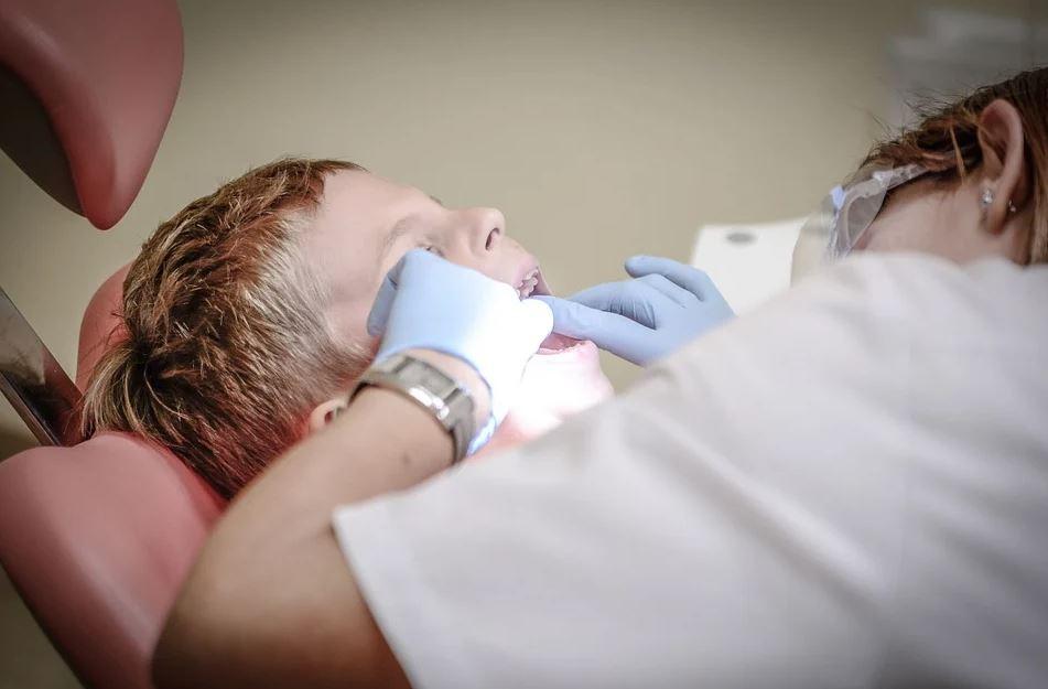 zubař při práci