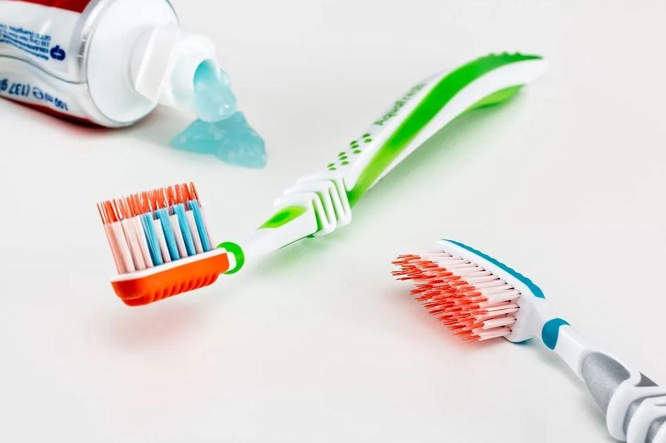 zubní pasta a dva kartáčky